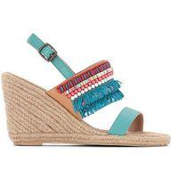 Skórzane sandały na koturnie z ozdobnymi perełkami i frędzlami, kolor niebieski