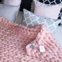We love beds Dziergany skandynawski pled wełna merynosa rose quartz -
