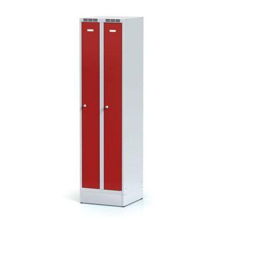 Metalowa szafka ubraniowa, wąska, na cokole, czerwone drzwi, zamek cylindryczny marki Alfa 3