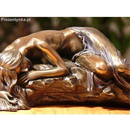 Śpiąca na kamieniu kobeta