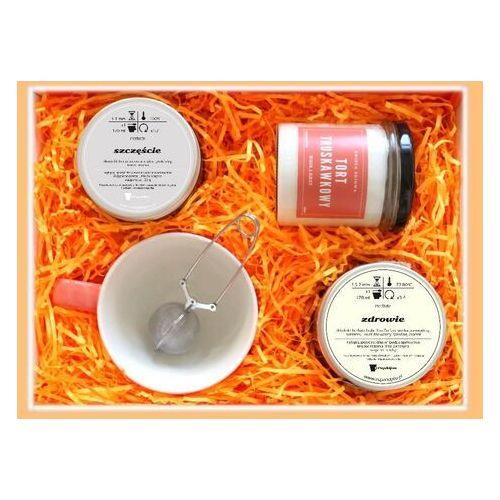 Zestaw prezentowy na urodziny najlepsze życzenia. herbata czarna 120g, herbata biała 60g, pachnąca sojowa świeca, uroczy kubek z nóżką i nierdzewny zaparzacz marki Cup&you cup and you