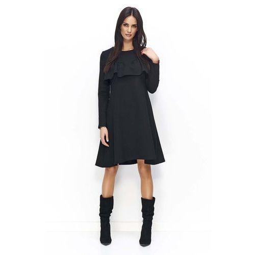 50691279daa1e3 Czarna sukienka trapezowa z ozdobną falbanką przy dekolcie marki Makadamia