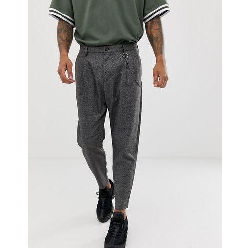 loose carrot fit trousers in dark grey with chain - grey marki Bershka