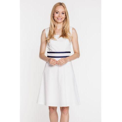 Biała sukienka z podwójną, granatową tasiemką -  marki Bialcon