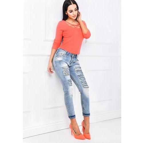 Jasne jeansy rozdarciami