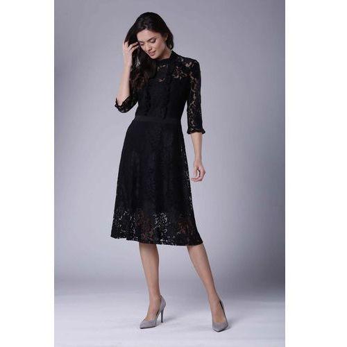 240a01c0ef Czarna lekko rozkloszowana sukienka koronkowa ze stójką marki Nommo