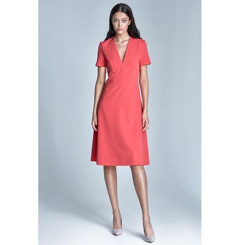 Elegancka koralowa sukienka midi z głębokim dekoltem w szpic marki Nife