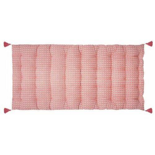 Miękki materac siedzisko podłogowe w różowym kolorze z ozdobnymi frędzlami. marki Atmosphera