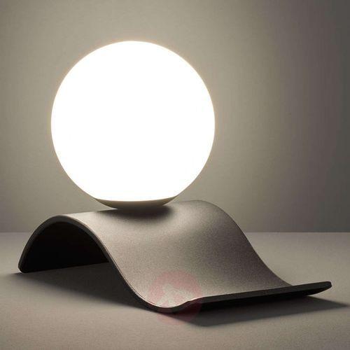 Lekko wygięta lampa stołowa lara ze szklaną kulą marki Trio leuchten