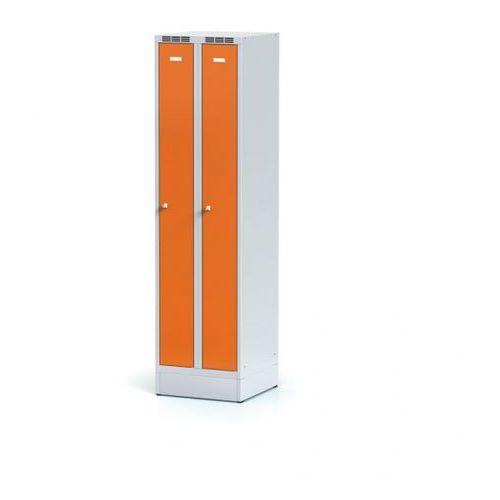 Metalowa szafka ubraniowa, wąska, na cokole, pomarańczowe drzwi, zamek obrotowy