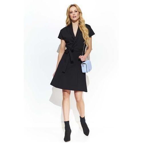 71c810d3c2 Czarna rozkloszowana sukienka z kopertowym dekoltem przewiązana paskiem