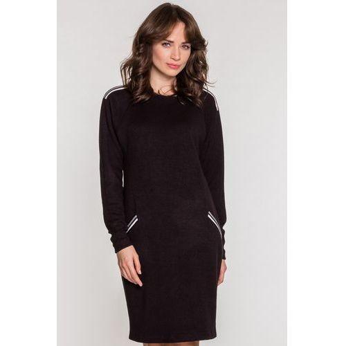 Czarna dzianinowa sukienka z lampasami - SU, kolor czarny