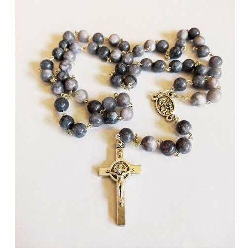 Różaniec z kamieni Marmurek fioletowy z medalikiem Św. Jana pawła II i Matką Bożą