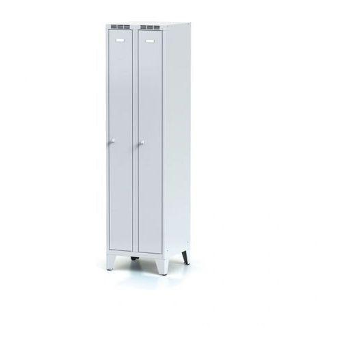 Metalowa szafka ubraniowa, wąska, na nogach, szare drzwi, zamek cylindryczny