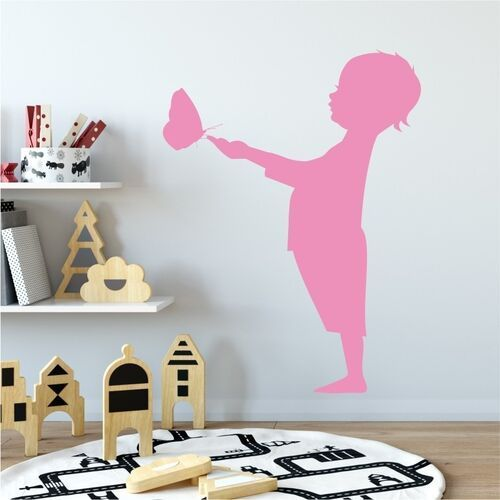 Naklejka na ścianę dziecko z motylkiem 2275