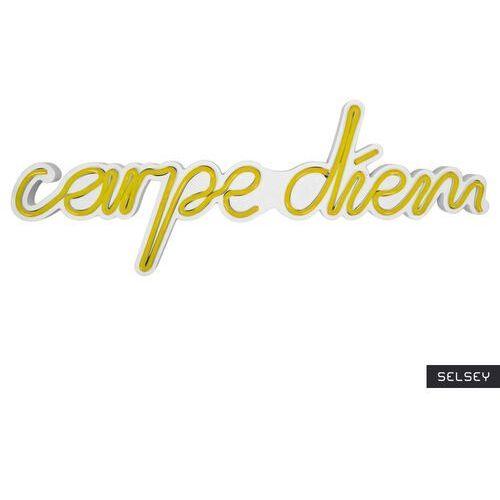 neon na ścianę letely z napisem carpe diem żółty marki Selsey