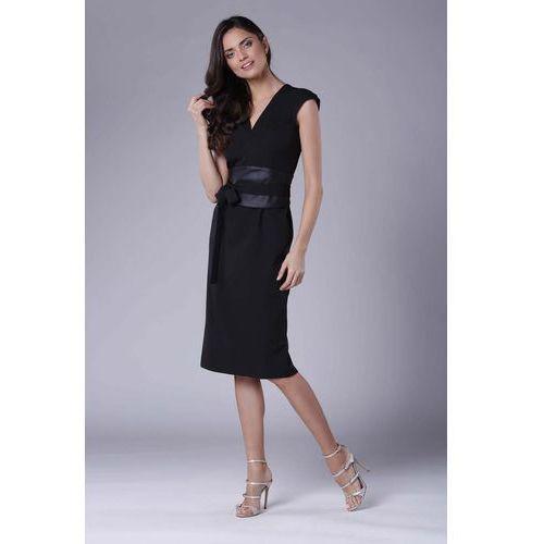 a9082cb049 Czarna elegancka ołówkowa sukienka midi z zaznaczoną talią marki Nommo