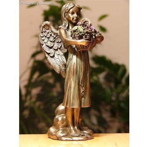 Aniołek z koszem kwiatów na prezent