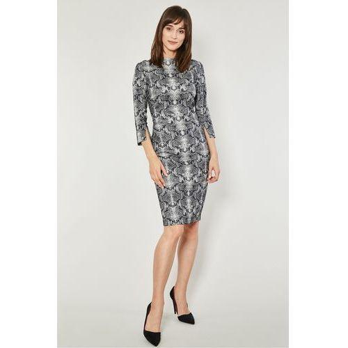 Click fashion Dopasowana sukienka ze stójką makum