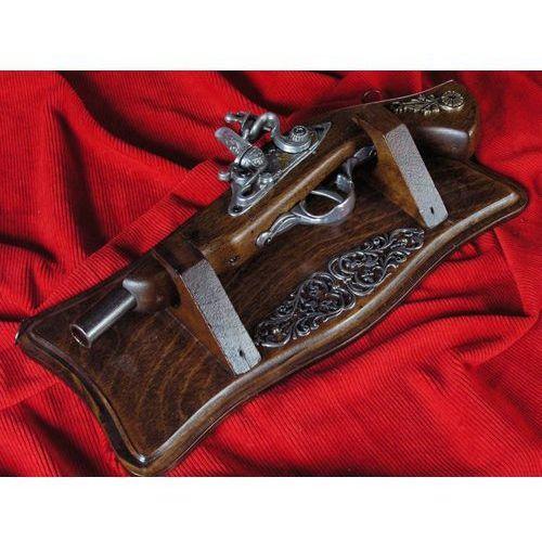 Drewniana zawieszka z pistoletem skałkowym marki Włochy