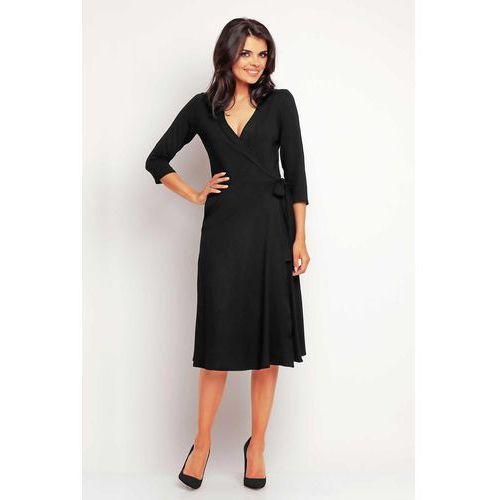 Zakładana kopertowo elegancka czarna sukienka midi marki Awama