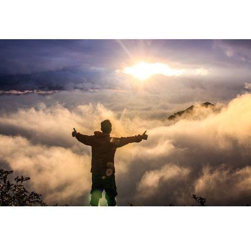 Wally - piękno dekoracji Fototapeta na ścianę mężczyzna na szczycie góry z otwartymi ramionami fp 1136