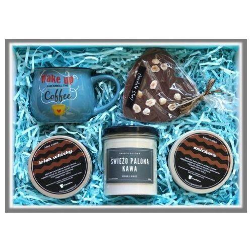 Zestaw prezentowy dla chłopaka Men's Box WAKE UP LIKE THIS. Kawa ziarnista snickers (200g), kawa ziarnista czekoladowa (200g), świeca sojowa Chata drwala, kubek z nadrukiem, czekoladowe serce z orzechami laskowymi dla faceta