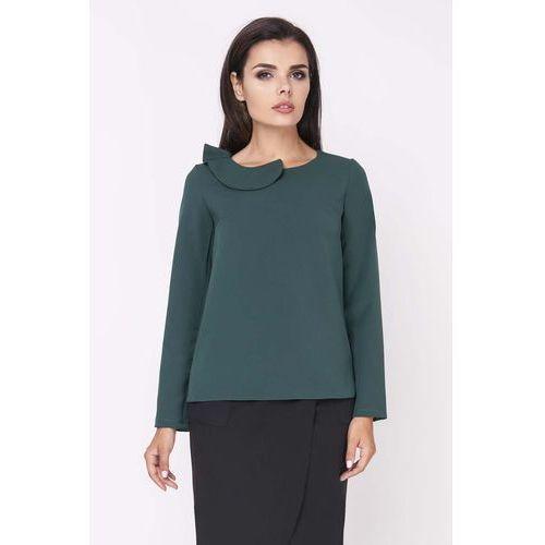 Zielona elegancka bluzka wizytowa z falbanką przy dekolcie marki Nommo