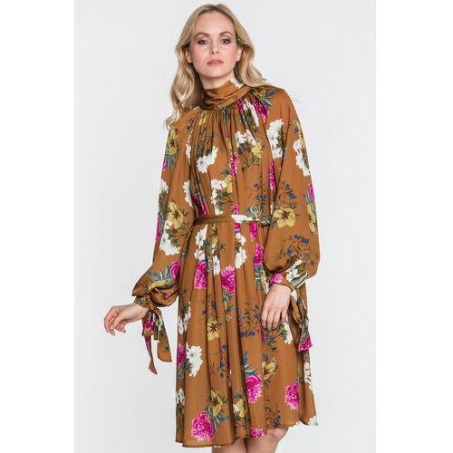 Kwiecista sukienka musztardowa z szarfą - Tova, kolor brązowy