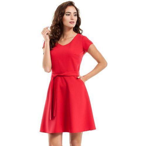 Czerwona sukienka rozkloszowana z wiązanym paskiem marki Moe