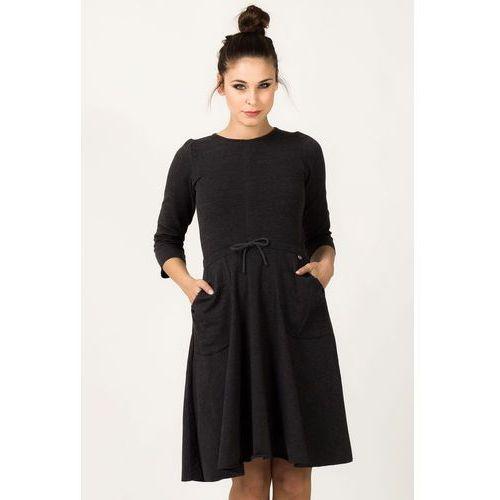 Ciemnoszara dzianinowa rozkloszowana sukienka z rękawem 3/4 marki Tessita