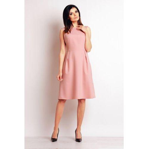 Pudrowa elegancka midi sukienka na szerokich ramiączkach marki Infinite you