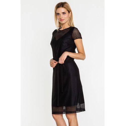 Ażurowa sukienka w czarnym kolorze podkreślona w talii - EMOI, kolor czarny