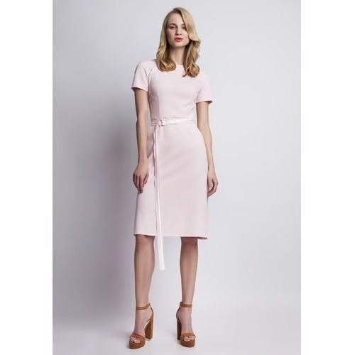 Szykowna różowa sukienka z krótkim rękawem i ozdobnym paskiem marki Lanti