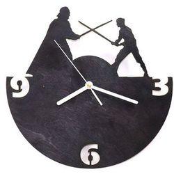 Drewniany zegar na ścianę Rycerze z białymi wskazówkami