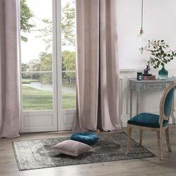 Zasłona okienna w kolorze jasnego różu wykonana z poliestru to idealna ozdoba domowego wnętrza. (3560238336885)
