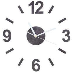 Drewniany zegar na ścianę z białymi wskazówkami