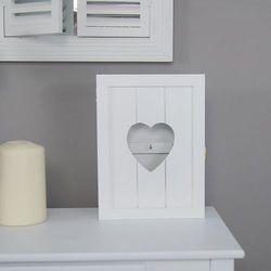 Drewniana skrzynka na klucze z serduszkiem, seria romantic, kolor biały matowy. marki Design by impresje24