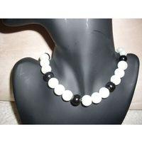 N-00032 Naszyjnik z perełek szklanych, czarnych i białych, kolor biały