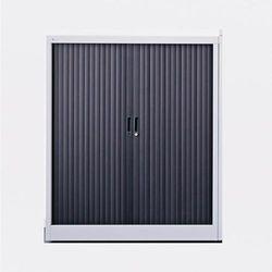 Szafa metalowa z szarym korpusem z żaluzją w kolorze czarnym. Wys. 1200 mm