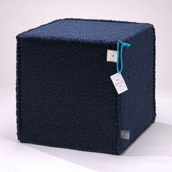 Granatowy szydełkowy puf beauty cube 50 cm - marki We love beds