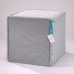 Szary szydełkowy puf Beauty Cube 50 cm - We Love Beds