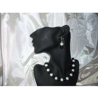 K-00007 Kolczyki z perełek szklanych białych i czarnych
