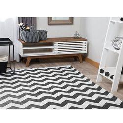 Dywan czarno-biały wzór zygzak krótkowłosy dwustronny 140 x 200 cm hakkari marki Beliani
