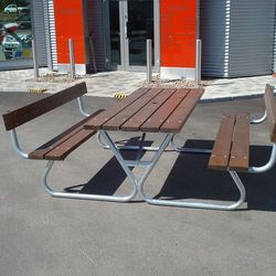 Bardzo długa ławka piknikowa z oparciem