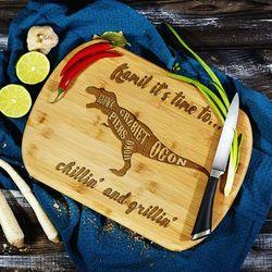 Chillin' and grillin' - deska do krojenia z grawerem - deska bambusowa marki Mygiftdna