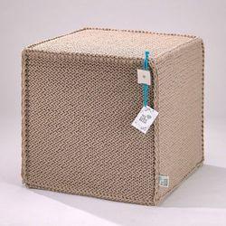 Beżowy szydełkowy puf Beauty Cube 50 cm - We Love Beds