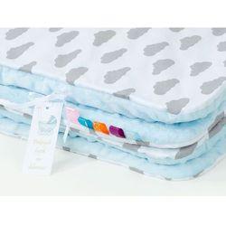 komplet kocyk minky do wózka + poduszka chmurki szare na bieli / błękit marki Mamo-tato