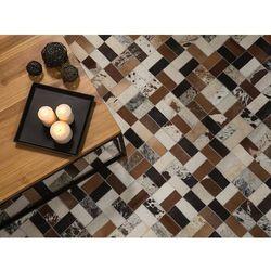 Dywan brązowo-beżowy - 80x150 cm - skórzany - futrzany - cesme marki Beliani
