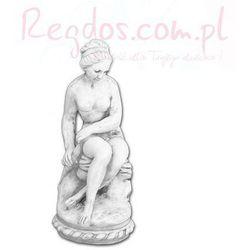 Figura betonowa siedząca kobieta